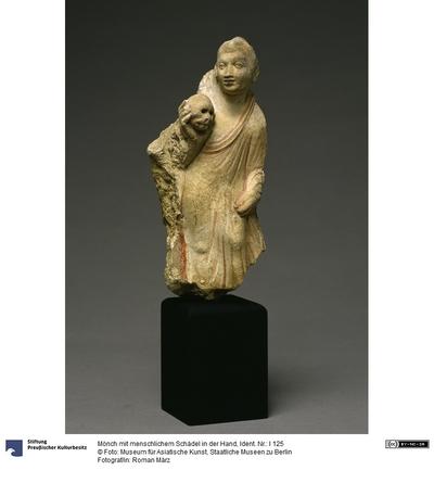 Mönch mit menschlichem Schädel in der Hand