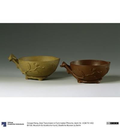 Zwei Teeschalen in Form halber Pfirsiche