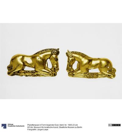 Plakettenpaar in Form liegender Esel