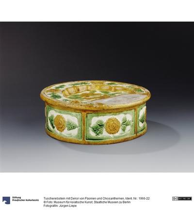 Tuschereibstein mit Dekor von Päonien und Chrysanthemen