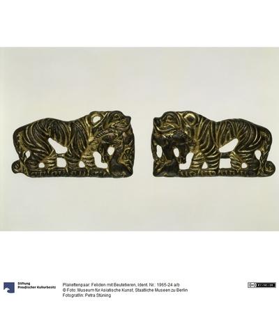 Plakettenpaar: Feliden mit Beutetieren