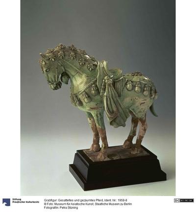 Grabfigur: Gesatteltes und gezäumtes Pferd