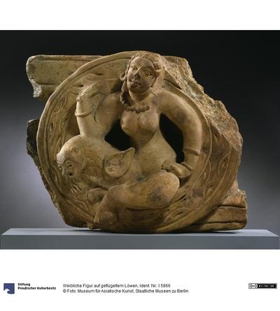 Weibliche Figur auf geflügeltem Löwen
