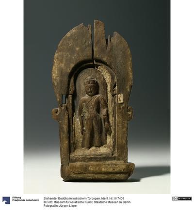 Stehender Buddha in indischem Torbogen