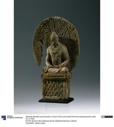 Sitzender Buddha auf schmalem, hohem Thron und ovaler Flammen-Körperaureole