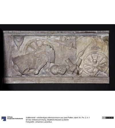 Waffenreliefs (Brüstungsreliefs der Hallenobergeschosse im Athenaheiligtum): vollständiges Interkolumnium aus zwei Platten