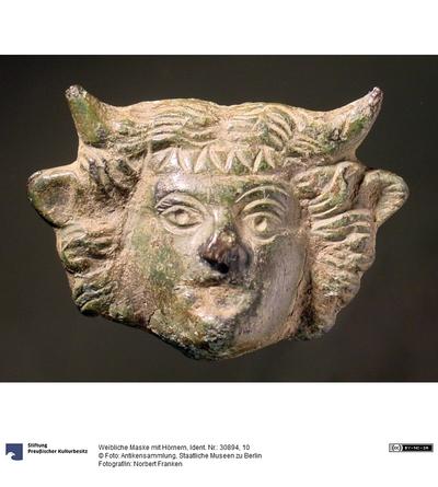 Weibliche Maske mit Hörnern