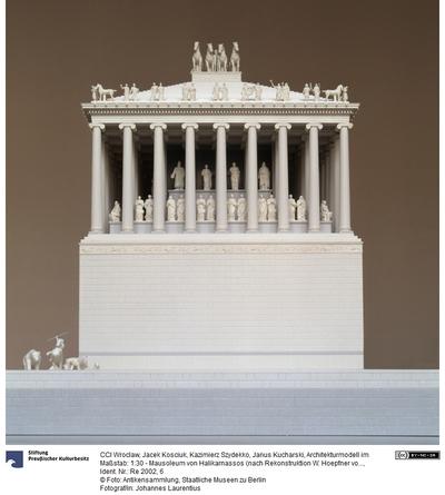 Modell im Maßstab: 1:30 - Mausoleum von Halikarnassos (nach Rekonstruktion W. Hoepfner von 2001)