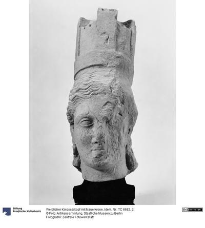 Weiblicher Kolossalkopf mit Mauerkrone