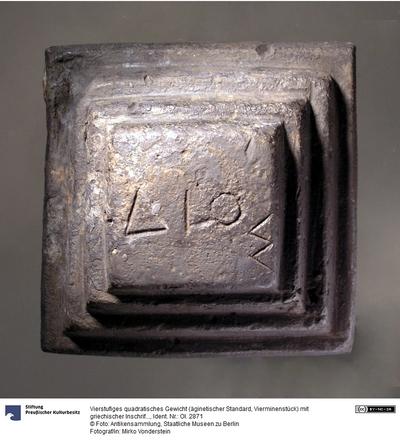 Vierstufiges quadratisches Gewicht (äginetischer Standard, Vierminenstück) mit griechischer Inschrift (ΔΙΟΣ)