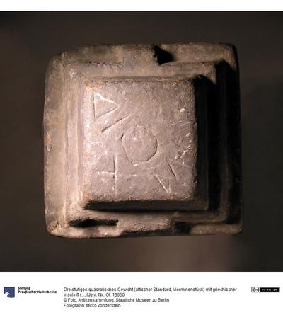 Dreistufiges quadratisches Gewicht (attischer Standard, Vierminenstück) mit griechischer Inschrift (ΔΙΟΣ und zusätzlichem X und dem O)
