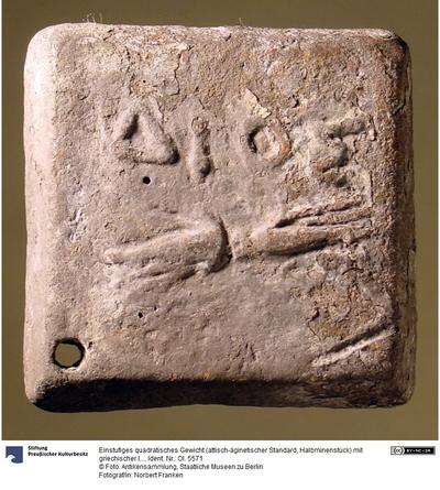 Einstufiges quadratisches Gewicht (attisch-äginetischer Standard, Halbminenstück) mit griechischer Inschrift (ΔΙΟΣ)