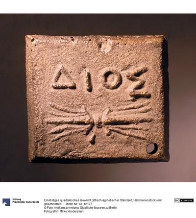 Einstufiges quadratisches Gewicht (attisch-äginetischer Standard, Halbminenstück) mit griechischer Inschrift (ΔΙΟΣ) und Blitzbündel