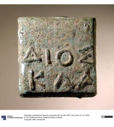 Einstufiges quadratisches Gewicht mit griechischer Inschrift: ΔΙΟΣ / ΚΛΑ