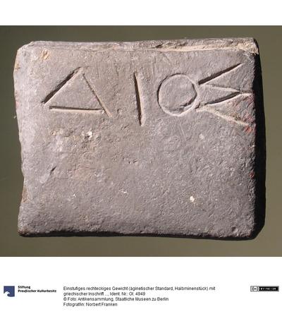Einstufiges rechteckiges Gewicht (äginetischer Standard, Halbminenstück) mit griechischer Inschrift (ΔΙΟΣ)