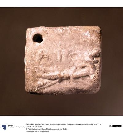 Einstufiges rechteckiges Gewicht (attisch-äginetischer Standard) mit griechischer Inschrift (ΔΙΟΣ) und Blitzbündel