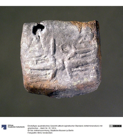 Einstufiges quadratisches Gewicht (attisch-äginetischer Standard, Achtelminenstück) mit griechischer Inschrift (ΔΙΟΣ) und Blitz im Relief