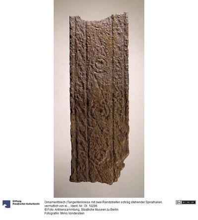 Ornamentblech (Tangentenkreise mit zwei Randstreifen schräg stehender Spiralhaken, vermutlich von einem Dreifuß)