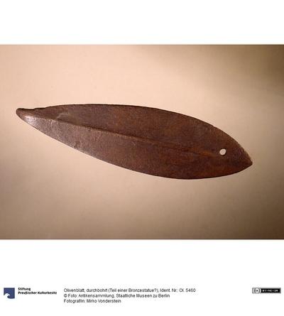 Olivenblatt, durchbohrt (Teil einer Bronzestatue?)
