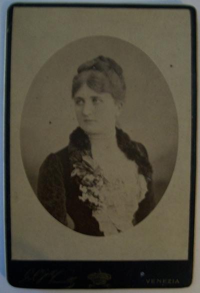 Ritratto di profilo mezzo busto