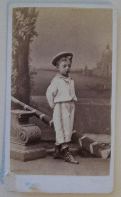 Ritratto bambino di profilo in piedi