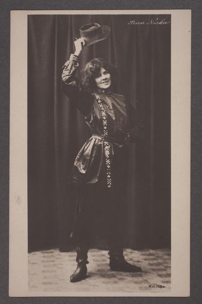 Aina Niska-Smeds (1880–1962), danslärare.