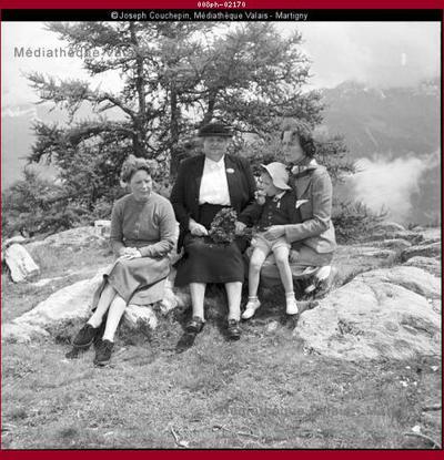 Famille du docteur Adolphe Sierro à la montagne (2/2)