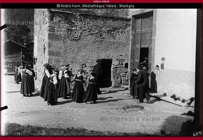 Evolénardes rentrant dans l'église, Evolène val d'Hérens