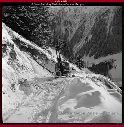 Chantier en hiver aux environs de Trient, construction de la route de la Forclaz