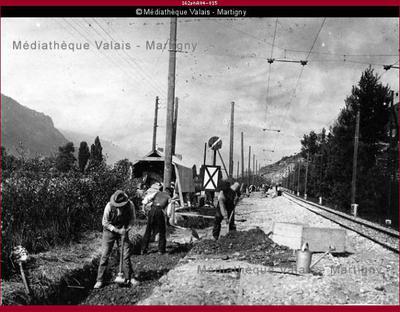 Construction d'une murette de protection contre les hautes eaux du Rhône, C.F.F. - Granges, km 102-104, entreprise Barbero et Ortelli - Martigny