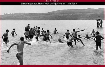 Turnklasse aus Steckborn beim Baden im Untersee