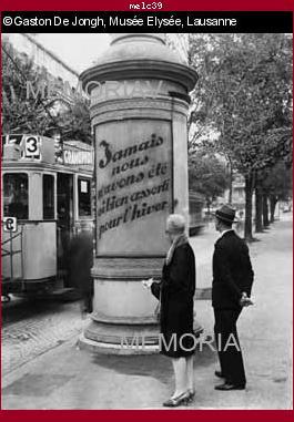 Passants devant une colonne Morris
