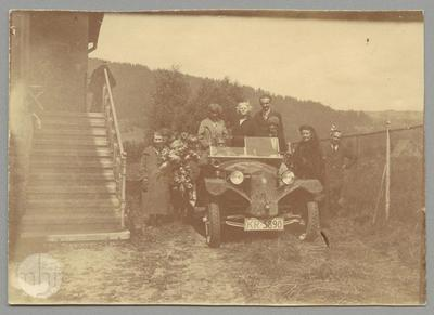 Group of people by the Tatra car, among others Mussil and Kosiński families.