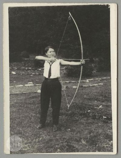 Maria Paszkiewicz aiming a bow.