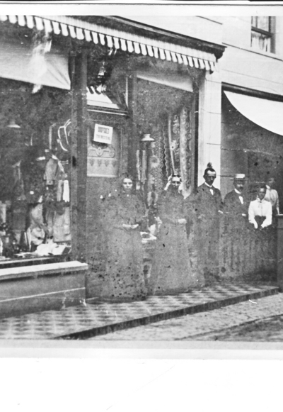 aa1aec4b3d2 Raadhuisstraat, winkeliers voor hun winkels