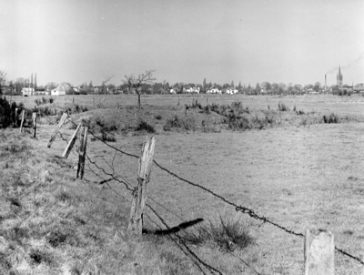 Van Riebeeckweg. Jan van Riebeeckkwartier in onbebouwde toestand. De woningen op de achtergrond staan aan de Soestdijkerstraatweg