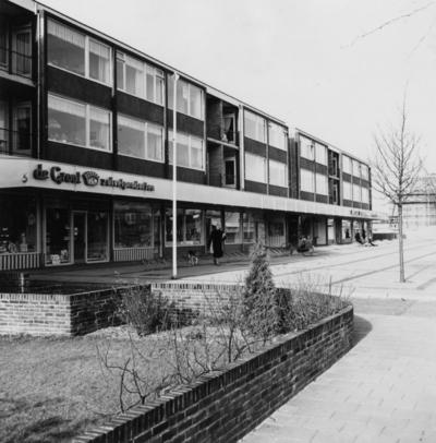 Admiraal De Ruyterlaan. winkelpanden met bovenwoningen. Links De Groot zuivelproducten
