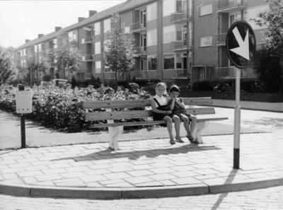 Admiraal De Ruyterlaan. twee meisjes op een bankje bij het plantsoen