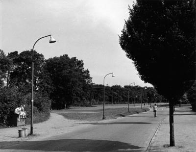 Schuttersweg. gezien vanaf de Albertus Perkstraat in de richting van de HBS. Situatie voor de aanleg van de autoweg