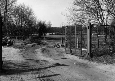 Soestdijkerstraatweg. toegangshek tot de rijwielstalling op het sportpark (gesloopt in 1961)