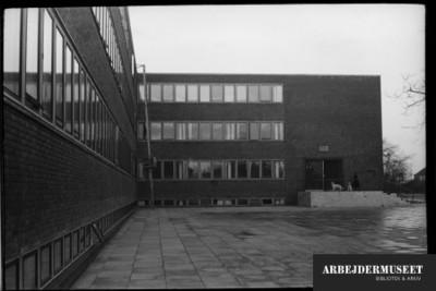 Vilhelm Lauritzens byggeri, Gladsaxe Rådhus, indgangspartiet, med hund