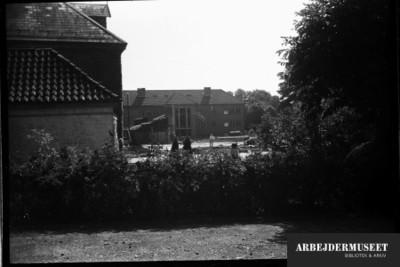 Nedrivning af et gammelt hus i Glostrup, muligvis til Vilh. Lauritzens Rådhus, Teknisk skole