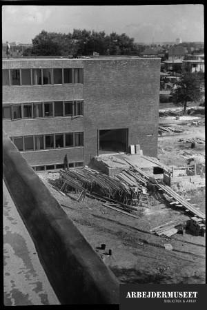 Nedrivning af et gammelt hus i Glostrup, muligvis til Vilh. Lauritzens Rådhus, opførelsen af ny bygning