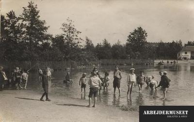 Det er sommer og der er vand i soppesøen i Fælledparken, mange børn har taget sko og strømper af
