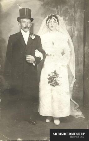 Bryllupsbillede i høj hat og slør