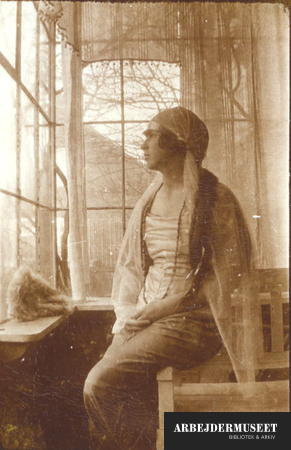 Kvinde poserer med slør i havestue