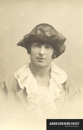 Portræt af kvinde med hat med slør og en kalvekrøsagtig krave