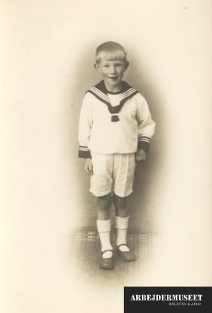 Dreng i matrosbluse, hvide shorts og hvide strømper i sandalerne