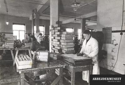 Fiskekonservesfabrik i København hvor der arbejdes med sild