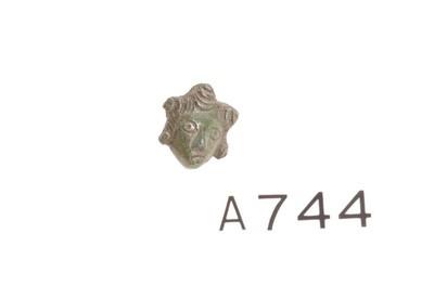 Kop van een siernagel of pin in de vorm van een Medusahoofd in brons